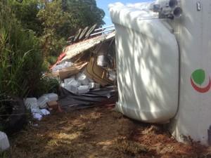 Carreta transportava 15 toneladas de produto perigoso (Foto: Nadyenka Castro/ G1 MS)