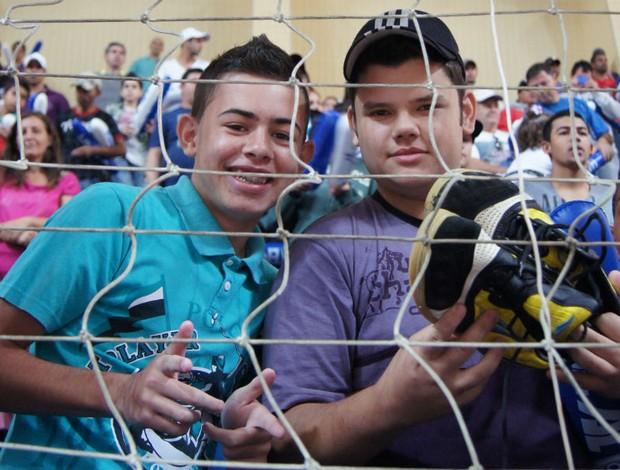 Gustavo e Walter levaram para casa os tênis do goleiro Ton (Foto: Eric Mantuan / GLOBOESPORTE.COM)