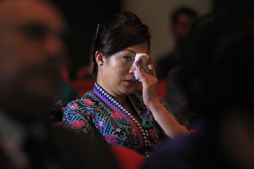 Uma funcionária da Malaysia Airlines chora durante culto ecumênico, em Kelana Jaya, na Malásia, para as vítimas do avião derrubado na Ucrânia