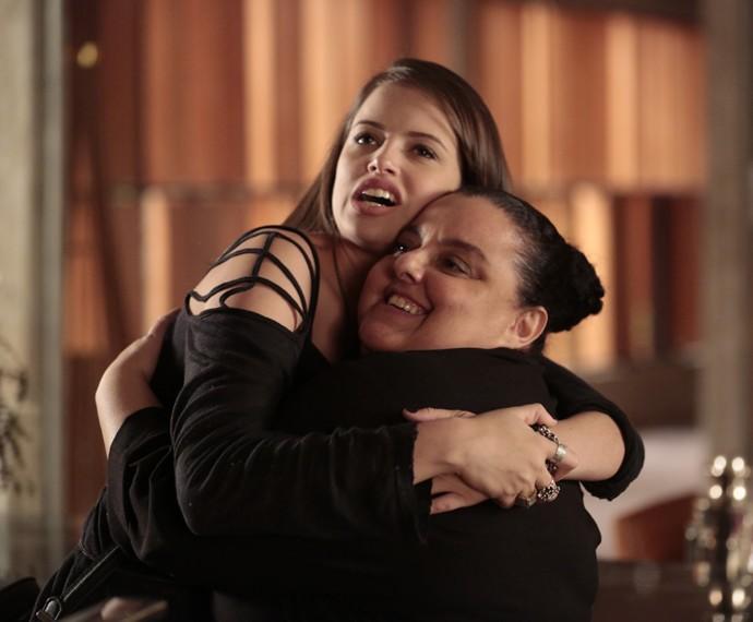 Agatha Moreira abraça atriz Sylbeth Soriano (Foto: Felipe Monteiro/Gshow)