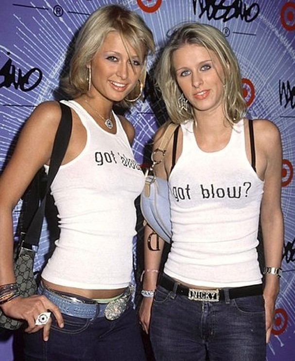 Paris Hilton também usa a bolsa ao lado da irmã, Nicky Hilton (Foto: Reprodução)