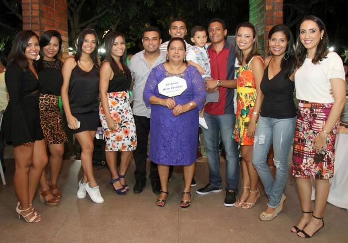 Fernanda Monteiro e os netos comemorando o aniversário    (Foto: Arquivo Pessoal )
