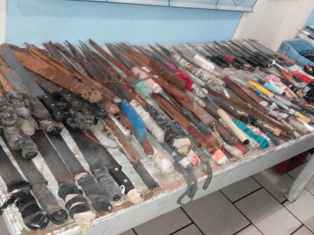 Ao todo 140 facas e facões foram apreendidos (Foto: Brigada Militar/Divulgação)