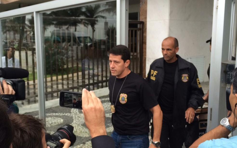 Agentes da Polícia Federal deixaram o apartamento de Aécio Neves na zona sul do Rio (Foto: Cristina Boeckel / G1)