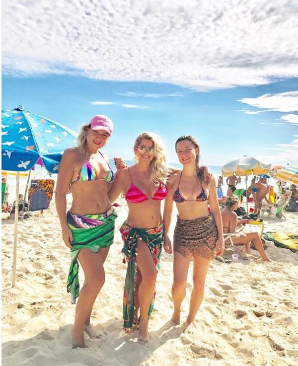Karina Bacchi com as amigas na praia (Foto: Reprodução Instagram)