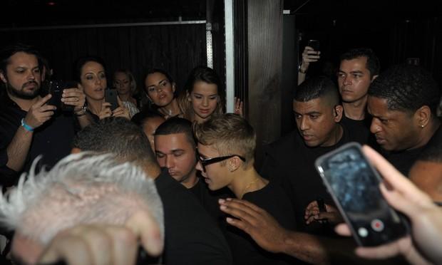 Justin Bieber ao chegar na boate (Foto: Francisco Cepeda/Agnews)