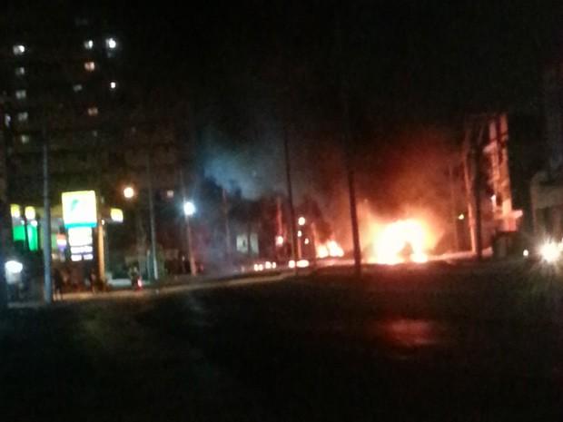 Ônibus foram incendiados na Avenida Edgar Romero, em Madureira, após morte de moradora em tiroteio (Foto: Rafael Ritto/Arquivo pessoal)