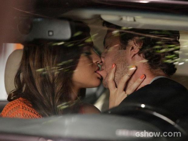 Beijo de Luiza e Laerte são para lá de 'calientes' (Foto: Fábio Rocha/TV Globo)