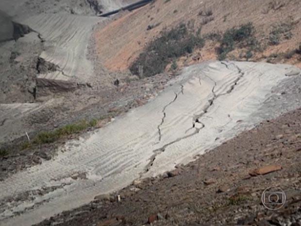 Trinca na barragem de Germano, na Região Central de Minas  (Foto: Reprodução/Fantástico)