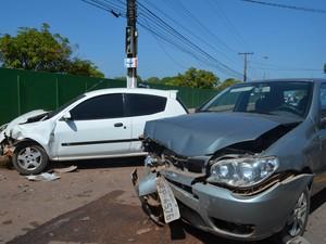 Acidente envolveu dois carros na Rodovia Duca Serra, em Macapá (Foto: Abinoan Santiago/G1)