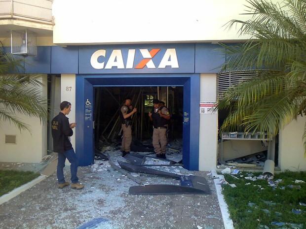 Caixas eletrônicos foram explodidos em agência no Centro de Bom Sucesso, MG (Foto: Marco Antônio Leite / EPTV)