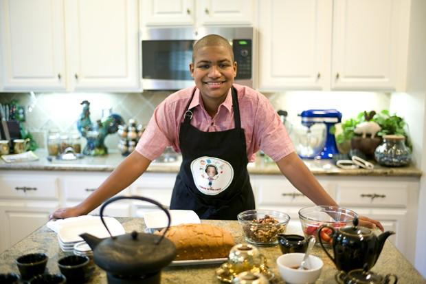 Case Bailey posa para foto na cozinha onde grava seus programas de culinária para o YouTube: menino foi diagnosticado com autismo aos 2 anos  (Foto: AP Photo/Jae C. Hong)