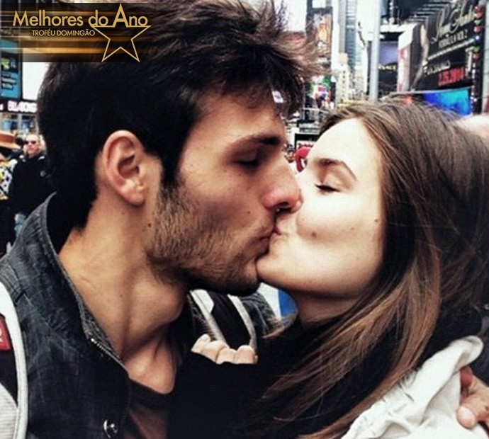 Camila Queiroz beija o namorado (Foto: Arquivo Pessoal)