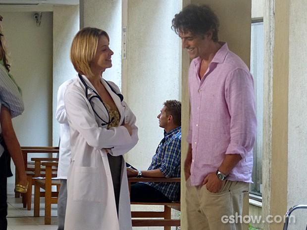 Silvia se dispõe a ajudar Cadu no que for preciso (Foto: Em Família/TV Globo)