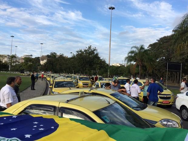 Taxistas concentrados no Aterro do Flamengo, no Rio (Foto: Henrique Coelho/G1)