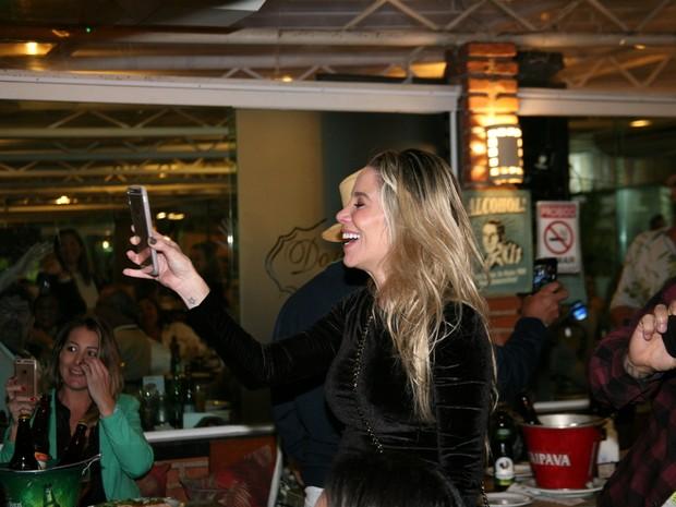 Danielle Winits em restaurante na Zona Oeste do Rio (Foto: Robson Moreira/ Divulgação)