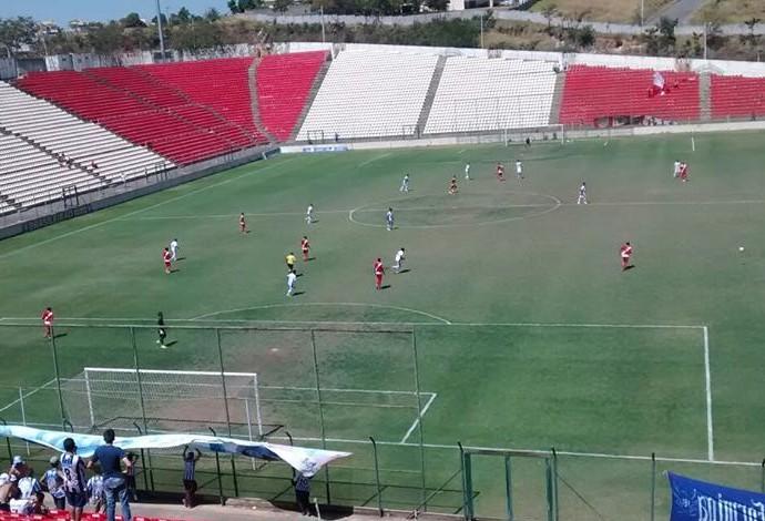 Formiga joga contra o Democrata SL na Arena do Jacaré (Foto: FEC/Divulgação)