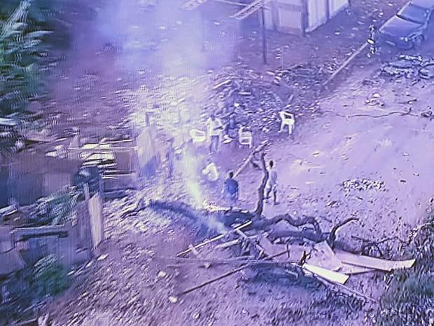 Barricada montada por moradores de área invadida no DF (Foto: TV Globo/Reprodução)