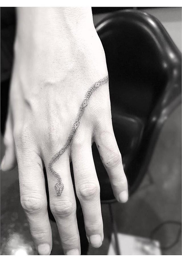 A nova tatuagem de Cara Delevingne (Foto: Reprodução/Instagram)