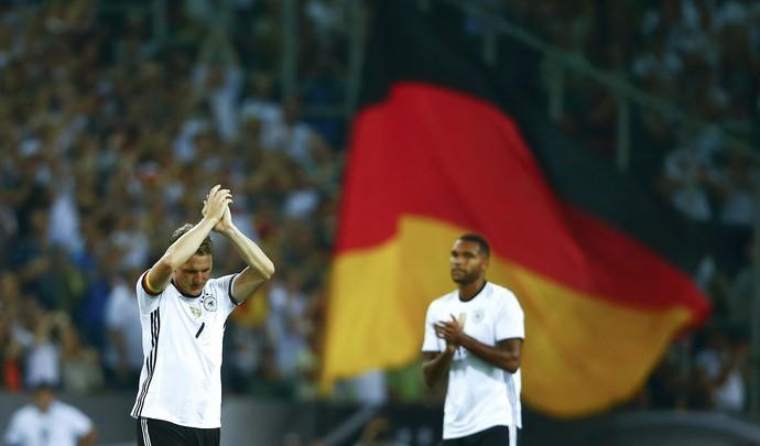 O camisa 7 saiu aplaudido de pé por todo o estádio em Monchengladbach, que teve público de 30.121 torcedores (Foto: Reuters )