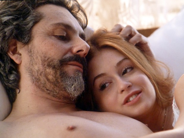 Os trocam juras de amor (Foto: Império/TV Globo)