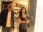 Isis Valverde passeia em shopping vazio com ator mexicano
