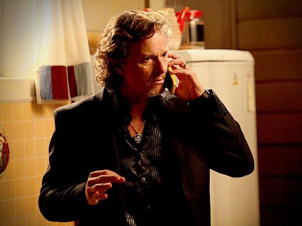 Max fala ao celular com Carminha (Foto: Avenida Brasil / TV Globo)