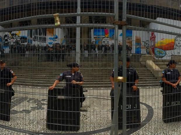 Polícia Militar reforça a segurança na Alerj na manhã desta quarta (16) (Foto: Gabriel Barreira / G1)