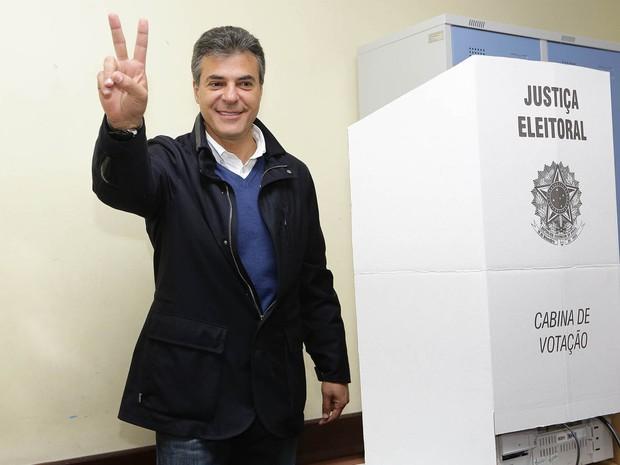 O governador do Paraná e candidato à reeleição, Beto Richa (PSDB), durante a votação no colégio Amáncio Moro, no bairro Jardim Social, em Curitiba(PR) (Foto: Giuliano Gomes/Estadão Conteúdo)