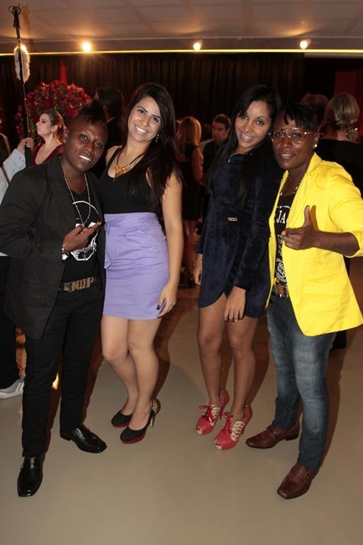 Pepê e a namorada, Kathryl Cristina, e Thaiz Oliveira, namorada de Neném, e Neném (Foto: Paduardo / AgNews)