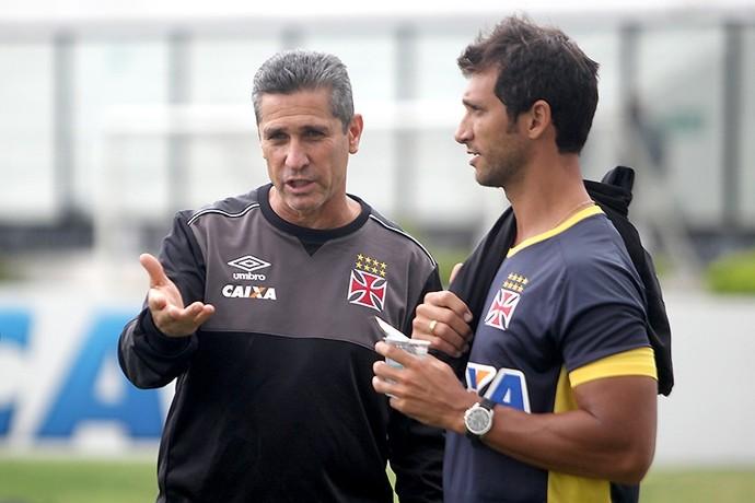Jorginho conversa com Rodney Gonçalves técnico do sub-20 Vasco (Foto: Paulo Fernandes/Vasco.com.br)