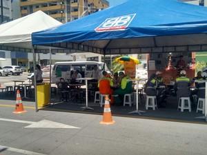 Foram montadas tendas nas vias destinadas ao estacionamento de veículos (Foto: Marcio Chagas/G1)
