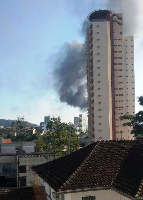 Fumaça alta e negra pode ser vista à distância (Foto: Jailson Nicoletti/Divulgação)