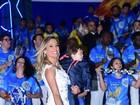 Luisa Mell cai no samba com o filho, Enzo, no colo