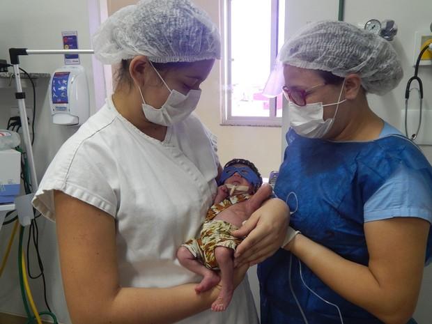 Mãe e equipe do hospital participaram da atividade (Foto: Santa Casa/Divulgação)