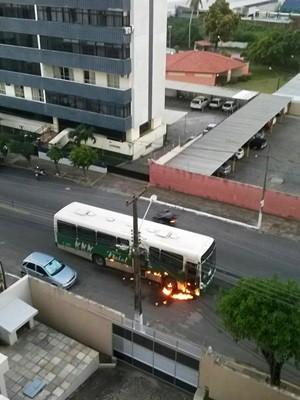 Na Zona Leste de Natal, ônibus foi incendiado no cruzamento da Av. Nacimento de Castro com a Rua dos Tororós  (Foto: PM/Divulgação)