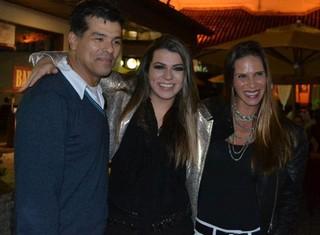 Petra com pai Maurício Mattar e a mãe Fabiana Sá após show no Rio (Foto: Moacyr Magalhães/ Divulgação)