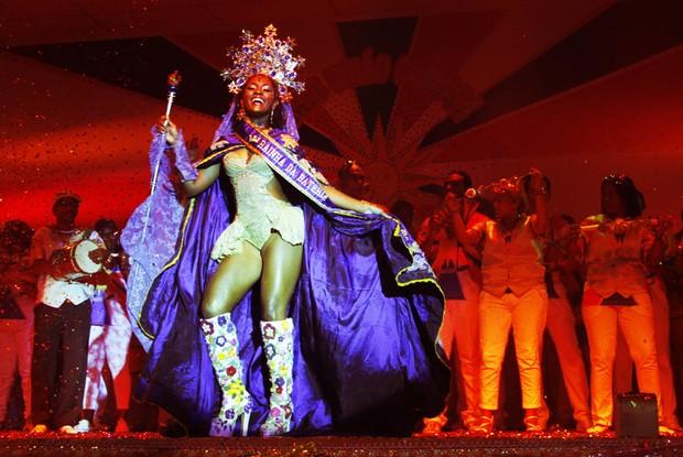 Conceição é coroada rainha de bateria (Foto: Rede Globo / Edmilson de Lima)