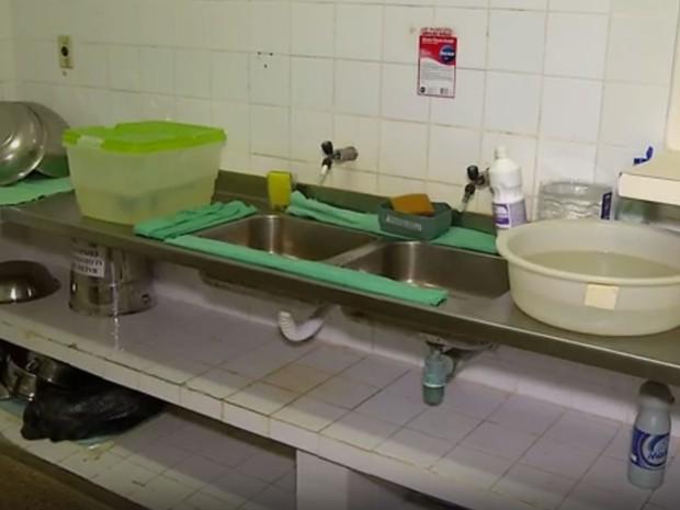 Bacias com água são usadas para funcionários do hospital lavarem as mãos (Foto: Reprodução/Inter TV Cabugi)