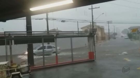 Chuva forte em Pirassununga, SP, causa pontos de alagamento em ruas