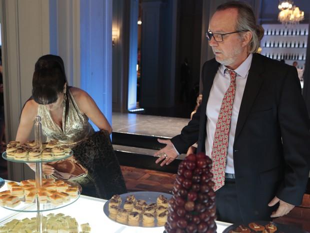 Magnólia guarda as comidas na bolsa, sem vergonha nenhuma (Foto: Artur Meninea/TV Globo)
