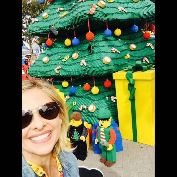 Sarah Michelle Gellar, a eterna 'Buffy: A Caça-Vampiros' (1997–2003), aproveitou a temporada natalina para visitar um parque temático da Lego na Califórnia. (Foto: Twitter)