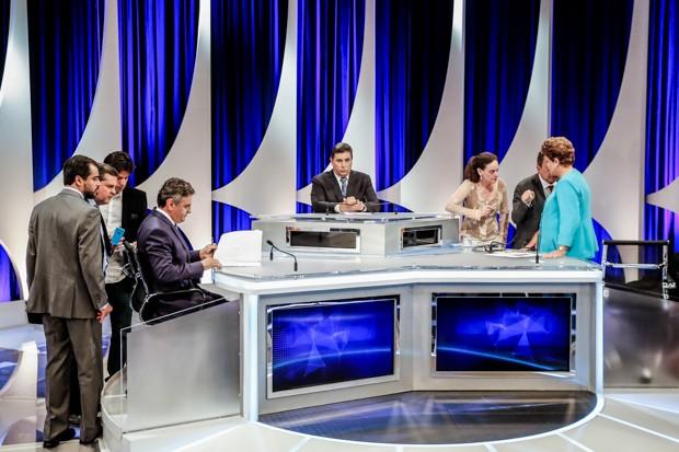 Os candidatos à Presidência da República Aécio Neves (PSDB) e Dilma Rousseff (PT) durante intervalo de debate presidencial em São Paulo (SP) (Foto: Thiago Bernardes/Frame/Estadão Conteúdo)