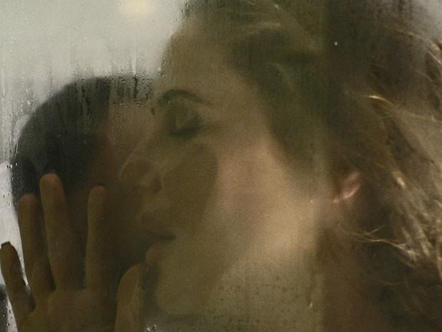 Pia e Igor fazem amor no banheiro da academia (Foto: TV Globo)