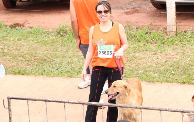 Partipante levou cachorra Meg para acompanhá-la na caminhada. (Foto: Gustavo Arakaki)