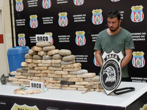 Drogas foram encontradas enterradas em casa (Foto: Jamile Alves/G1 AM)