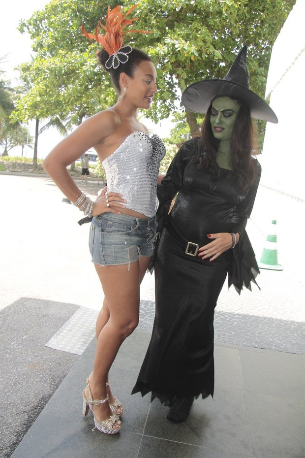 Juliana Paes e Sharon Menezzes (Foto: Isac Luz / EGO)