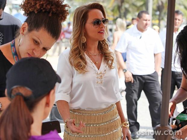 Na pele de Shirley, Vivi Pasmanter não perde a elegância nem na praia (Foto: Carol Caminha/ TV Globo)
