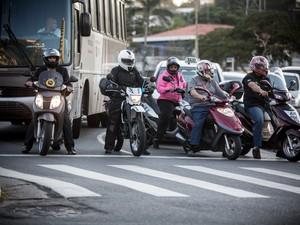 Scooters se tornam mais comuns no trânsito brasileiro (Foto: Raul Zito/G1)
