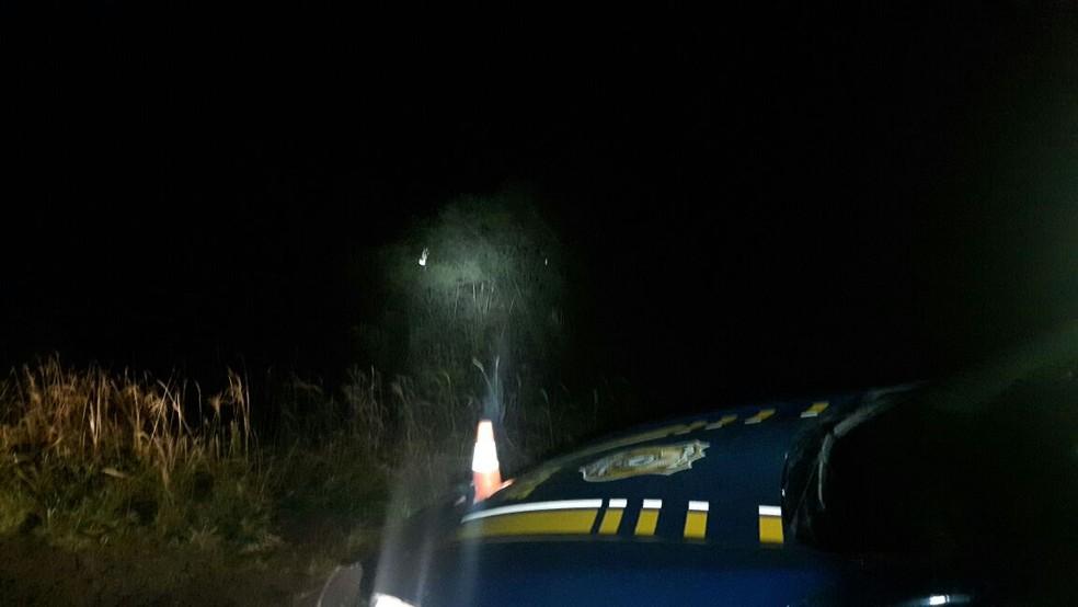 Veículo saiu da pista e capotou na altura do km 666, em Uruguaiana (Foto: PRF/Divulgação)